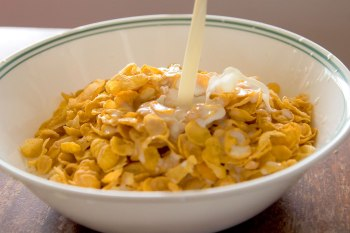 Cornflakes_with_milk_pouring_in